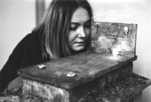 Katarzyna Kozyra przy modelu nagrobka Jerzego Stajudy, projekt Pawła Althamera, 1992. Dzięki uprzejmości artysty i Fundacji Galerii Foksal