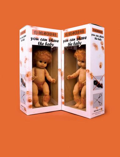 """Zbigniew Libera, :You Can Shave the Baby"""" (z cyklu """"Urządzenia korekcyjne""""), 1995. Dzięki uprzejmości artysty."""